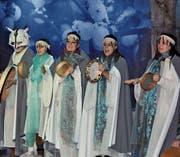 Fünf Mitglieder des Chors, dem folgende Personen angehören: Andreas Bont, Urs Weber, Fabienne Heeb, Remo Egger, Gabriela Dietsche-Goldener, Irina Klein, Karolin Gschwend, Nathalie Egger-Stieger, Nicole Kast. Zum Musik-Ensemble zählen: Karl Schwendener (Violine), Raphael Brunner (Akkordeon), Sibylle Wiget (Flöten), Goran Piljic (Bass), Georgios Mikirozis (Perkussion) und Urs Stieger (Häxaschitt). (Bild: Andrea C. Plüss)