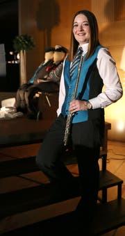 Flötistin Julia Cavallaro zeigt stolz ihre neue Uniform. (Bild: Corina Tobler)