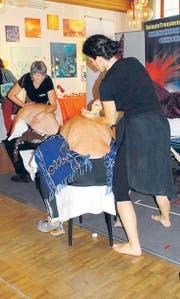 Bewegte Massagen: Inmitten der Gesundheitsmesse wird dynamisch massiert.