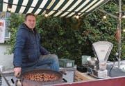 Der unter den Wattwilerinnen und Wattwilern als «Marroni-Mann» bekannte Arif Jemini betreibt seinen Marroni-Stand schon seit rund 20 Jahren mit viel Leidenschaft. (Bild: Miranda Diggelmann)