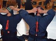 Schon das Anziehen der Maske entspricht vor dem Kampf mit dem «Shinai» einem Ritual. (Bild: Urs Huwyler)