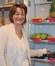 Dorothea Ziehler mit einer Auswahl von frischen Früchten, die angeboten werden. (Bild: Adi Lippuner)
