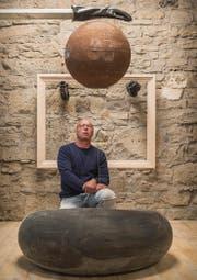 Die Erde rostet, noch aber schwebt sie: Josef Geier mit einer seiner Installationen. (Bild: Hanspeter Schiess)