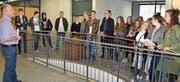 Thomas Bolt (Präsident Jugendkommission, links) erzählt den 25 Jungbürgerinnen und Jungbürgern, was alles in ihrem Geburtsjahr 1999 abgegangen ist. (Bild: Monika von der Linden)