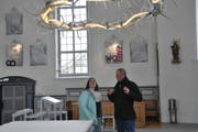 Raum für Diskussion und Nachdenken: Die Mesmerin Rita Harb und der Künstler Det Blumberg in der Kirche Mogelsberg unter dem Dornenkranz, der zur Installation «Baustelle Kirche» gehört. (Bild: Sabine Schmid)