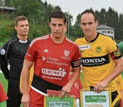 Zwei Captains: Dejan Baumann (links) mit Steve von Bergen anlässlich des Cupspiels Bazenheid – Young Boys (1:7) am 18. September 2016. (Bild: Beat Lanzendorfer)