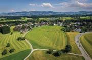 Ende 2012 kauften Investoren die Dorfwiese in Berg (Bildmitte). Gemäss Plänen der Bauherren sollen 17 Häuser für rund 150 Neuzuzüger entstehen. (Bild: Urs Bucher und Benjamin Manser)