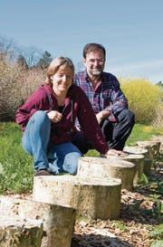 Buchenstämme als Pilz-Nährboden: Anita und Willi Troxler auf ihrem Schlossguet in Untereggen. (Bild: Michaela Rohrer)