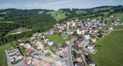 Auf der Kirchwiese (Bildmitte) sind sechs Mehrfamilienhäuser geplant. (Bild: Michel Canonica)