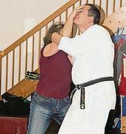 Gestellte Szene aus dem Kurs in Selbstverteidigung. (Bild: pd)