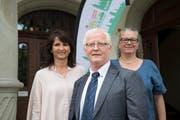 Jürg Brunner mit Karin Winter-Dubs (rechts) und Sandra Steinemann von der Stadtsanktgaller SVP. (Bild: Ralph Ribi)