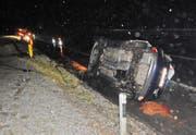 Die Autolenkerin verletzte sich beim Unfall leicht. Beim Fahrzeug lief Benzin aus. (Bild: Kapo TG)