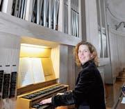 Tina Zweimüller bereichert das Konzert mit ihrem Spiel an der Kirchenorgel. (Bild: PD)