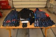 Das mutmassliche Diebesgut: 43 Hochwertige Jacken und 22 Paar Sportschuhe. (Bild: PD)