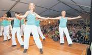 Die Aerobicgruppe Oberbüren auf der Bühne des Sonnentalerfestes. Ohne Zugabe durften sie das Zelt nicht verlassen. (Bild: che.)
