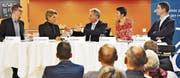Klare Worte an der altersdurchmischten Podiumsdiskussion im «Solino» (von links nach rechts): Kantonsrat Mike Egger (JSVP), Ständerätin Karin Keller-Sutter (FDP), Moderator Sven Bradke, Nationalrätin Barbara Gysi (SP) sowie Grossrat Tino Schneider (JCVP). (Bild: Anina Rütsche)
