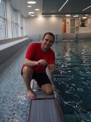Morgens und abends nimmt Patrick Bärtschi im Hallenbad Oberuzwil Wasserproben. (Bild: Angelina Donati)