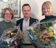 Karin Keller (links) und Caroline Nussbauer freuen sich über die Blumen, die ihnen Gemeindepräsident Bruno Seelos im Namen des Gemeinderates überreicht hat. (Bild: pd)
