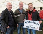 Clemens Wick, Roger Rüesch und Daniel Frunz (v. l.) mit dem Gutschein des Gemeinderats. (Bild: io)