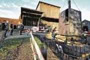 Gestern wurde der Würfel in drei Teilen zur Schollenmühle geliefert und mit einem Kran in die vorbereitete Baugrube gesetzt. (Bild: Max Tinner)