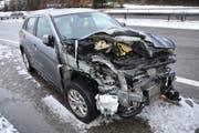 Das Auto der Unfallverursacherin prallte frontal gegen die Hinterachse des Cars. (Bild: Kapo)