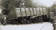 Bahnhofstrasse 1927: Unter dem Hochbordwagen der Deutschen Reichsbahn ist das Wrack des «Breuer-Lokomotor» zu sehen. Wäre der Traktorführer nicht abgesprungen, hätte er kaum überlebt. (Bild: Archiv Vereinigung für Kulturgut Uzwil)