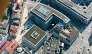 Das Bleicheli im Frühherbst 2005: Die beiden Neubauten der Raiffeisen-Gruppe stehen, jetzt wird an der Strassengestaltung gearbeitet. Am linken untern Bildrand lässt ein roter Fleck erahnen, was geplant ist. (Archivbild: Philipp Baer)