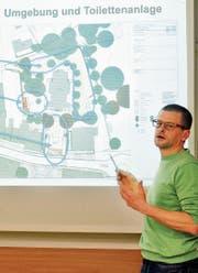 Ivo Blöchlinger, der Bauverantwortliche in der Kirchenvorsteherschaft, erläutert die für dieses Jahr geplanten Bauarbeiten in der Umgebung der reformierten Kirche. (Bild: Max Tinner)