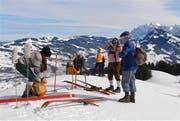 Beim Start auf der Wolzenalp: Die letzten Vorbereitungen werden getroffen, dann geht es mit historischer Ausrüstung ab auf die Piste. (Bild: Christiana Sutter)