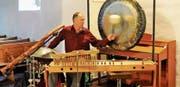 Ferdinand Rauber umrahmt im Naturton-Gottesdienst das Thema des Gottesdienstes mit seinen vielfältigen Instrumenten. (Bild: PD)