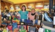 Corina und Sonja Kläger (von links) präsentieren die bunten, aus Lastwagenblachen nach eigenen Ideen hergestellten Taschen. Die beiden waren mit diesen Kreationen zum ersten Mal am Markt. (Bilder: Adi Lippuner)