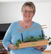 Lucia Strässle zu Hause in der Wohnstube mit dem Mini-Barren, den sie vom Turnverein Kirchberg bei der Auszeichnung zum Ehrenmitglied erhalten hat. (Bild: Beat Lanzendorfer)