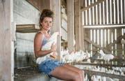 Andrea Brühlmann ist nicht nur vor der Kamera ein Profi, sondern auch im Hühnerstall. Fünftausend weisse Legehennen hat sie auf ihrem Hof. (Bild: Andrea Stalder)