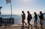 Touristen am Strand von Agios Prokopios, der sich auf der griechischen Insel Naxos befindet. (Bild: ky/Alessandro Della Valle)
