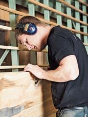 Andreas Bischof begutachtet ein Stück Altholz. (Bild: PD)