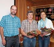 Sepp Länzlinger, Präsident Bauernverein Toggenburg, ehrte Toni Huber, scheidender Vizepräsident SGBV, und Erika Schlegel, scheidendes Vorstandsmitglied SGBV (von links).