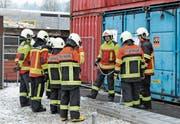 Die neu eingeteilten Feuerwehrleute lernen unter der Leitung der Klassenlehrer das Handwerk kennen.