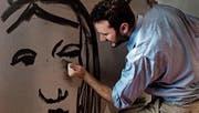 Es ist ein Theaterstück, in dem gleichzeitig grossformatige Kohlezeichnungen von Marco Michel entstehen. (Bild: pd)