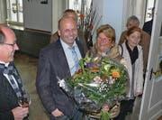 Blumen für Andreas Zellweger, überreicht von FDP-Vizepräsidentin Helga Klee. Zellwegers Frau Claudia (rechts) und Wahlstab-Mitglied Marcel Manser (links) freuen sich mit dem Gewählten.