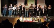 Für den Schlussapplaus riefen Akteure und Musiker Regisseurin Angelique Anderegg und Band-Leiter Wolfgang Huber auf die Bühne. (Bild: Maya Seiler)