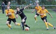 Die Spieler von Wattwil Bunt (in Gelb) liefen dem Gegner aus Eschenbach des Öfteren hinterher. (Bild: Walter Züst)