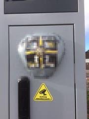 Zwei Jugendliche haben zugegeben, den Radar mit Abziehbildchen überklebt zu haben. (Bild: Kapo SG)