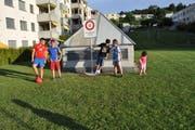 Die Wiese in der Mitte des Quartiers war Treffpunkt für die fussballspielenden Kinder. Jetzt ist Fussballspielen verboten und die Kinder verstehen die Welt nicht mehr.. (Bild: Ramona Riedener)