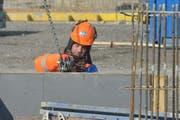 Ein Bauarbeiter kümmert sich gut eingepackt um eine Verschallung auf der Baustelle in Märstetten. (Bild: Mario Testa)