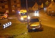 Der Autofahrer kam in Eschlikon von der Winterthurerstrasse ab und prallte in eine Strassenlaterne. (Bild: Kapo TG)