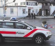 Kurz nach dem versuchten Banküberfall in Hauptwil riegelte die Polizei das Gelände ab. (Bild: Georg Stelzner)