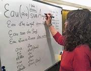 Carla Menegola führt Interessierte in die rätoromanische Sprache ein. (Bild: pd)