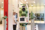 Leica Multi-Messstationen sind seit Jahren Marktführer und werden weltweit etwa auf Baustellen und Gebäudevermessungen eingesetzt. (Bild: Hanspeter Schiess)