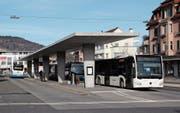 Der Bus, der zwischen den Bahnhöfen Wattwil und Rapperswil verkehrt, legt auf seinem Weg 35 Haltestellen zurück. (Bild: Martin Knoepfel)