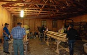 Die freiwilligen Helfer haben mehr als 100 Einzelelemente zusammengebaut. (Bilder: Angela Hess)